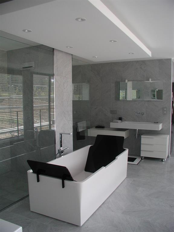 ... de bain contemporaine en verre et carrelage gris Emergence Architectes
