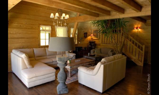 salon traditionnelle avec murs et plafond en bois groupe itineraires. Black Bedroom Furniture Sets. Home Design Ideas
