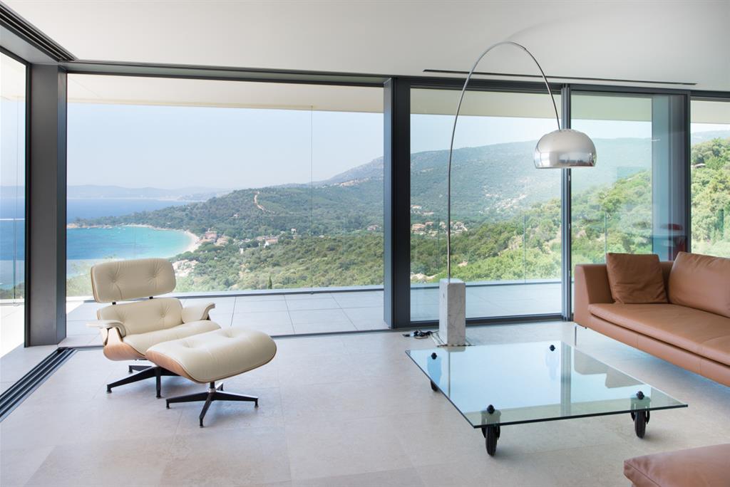 Maison contemporaine vue mer depuis le salon