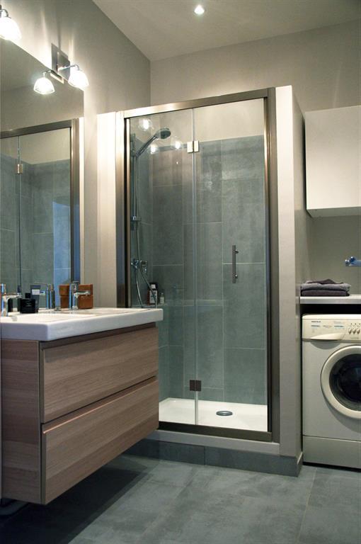 Salle de bain buanderie moderne et pratique les murs ont for Salle de bain pratique