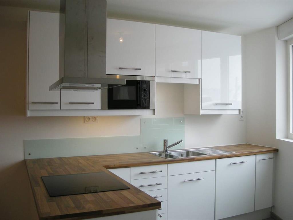 Cette petite cuisine ouverte laqu e blanche avec son plan de travail - Cuisine moderne petite ...