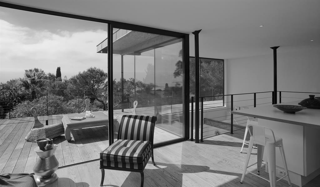 Salon ouvert sur terrasse avec grande baie vitrée