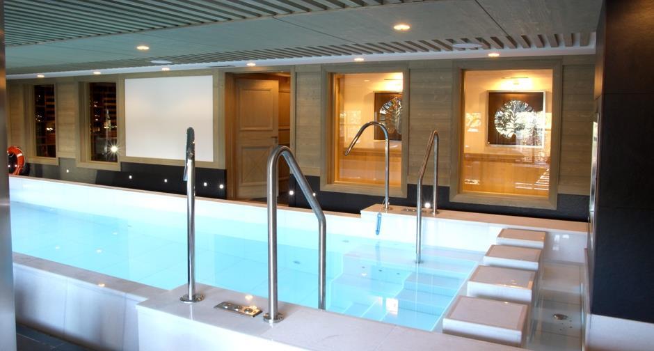 Plusieurs pièces donnent par des verrières directement sur la piscine intérieure