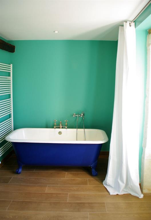 Salle De Bain Dans Les Tons Turquoise Avec Baignoire Ancienne Pattes