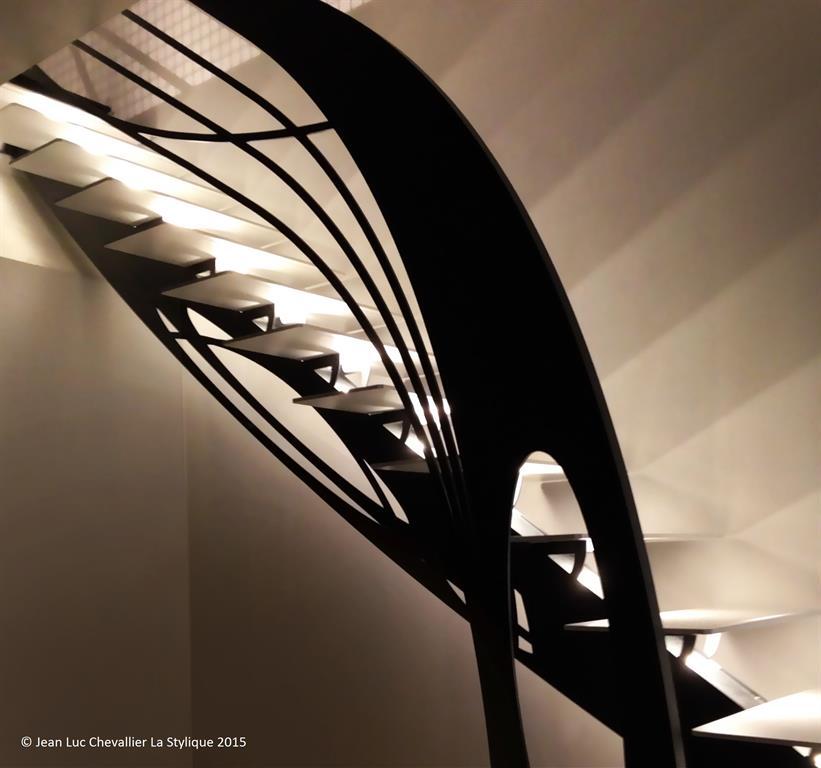 Cet escalier design en métal d'inspiration Art Nouveau est une création originale
