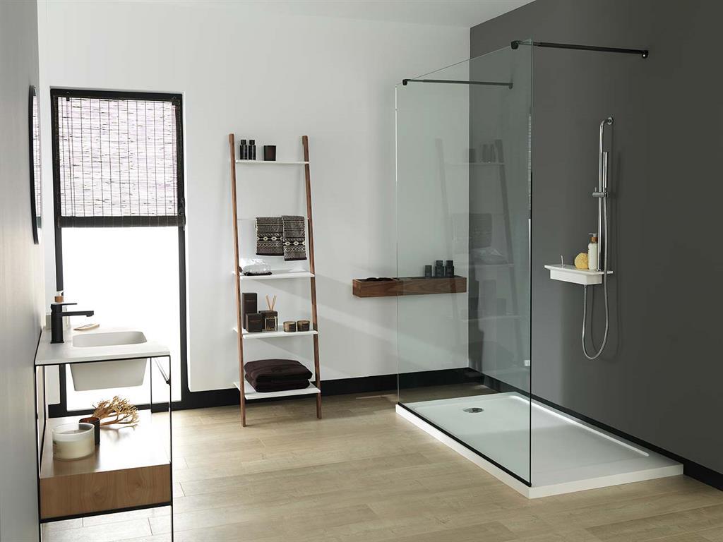 Salle de bain aux l ments compos s d 39 un m lange de krion et de bois - Elements salle de bain ...