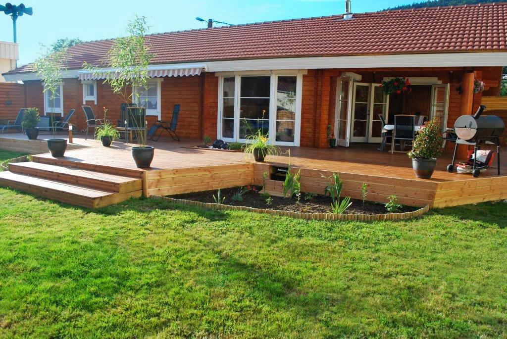 Terrasse en bois en contrehaut du jardin
