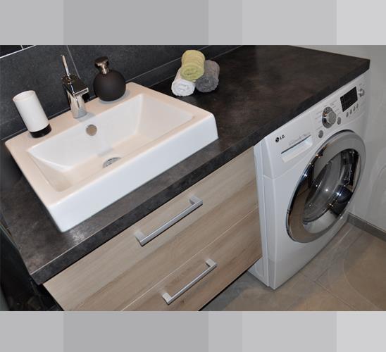 Plan vasque et machine laver astucieusement int gr dans un espace r duit - Meuble espace reduit ...