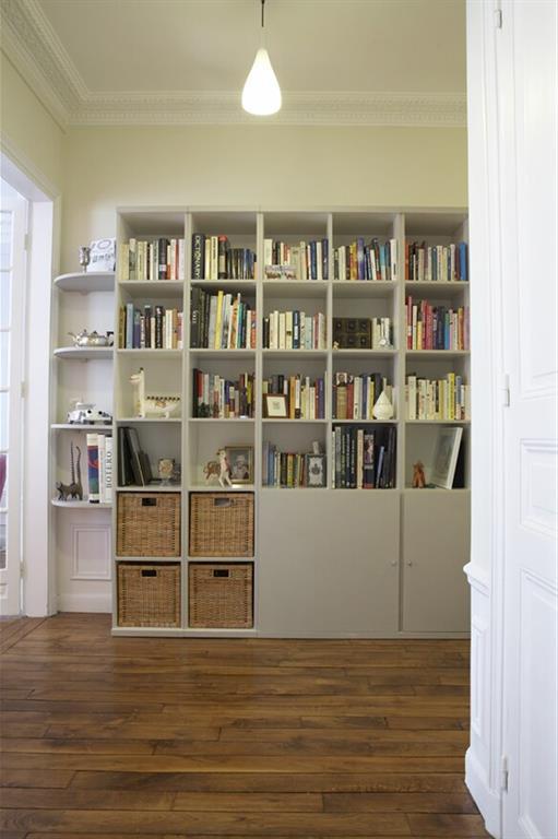 Bibliothèque grise avec rangements en bas