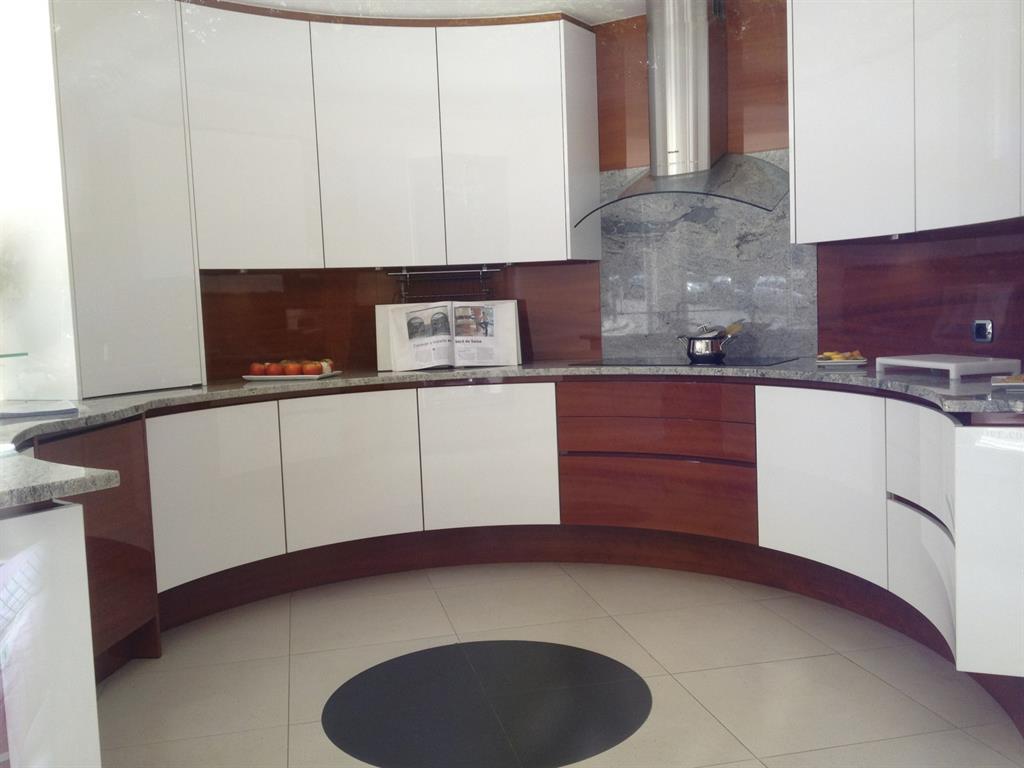 Cuisine avec meubles en arc de cercle et plan de travail en granit