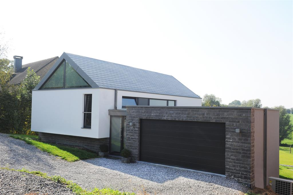 Maison moderne blanche avec grande porte de garage for Maison moderne blanche