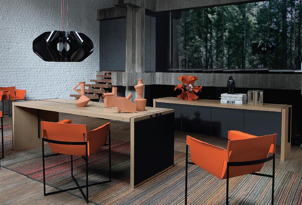 Bel arrangement de couleurs avec le bureau en bois naturel