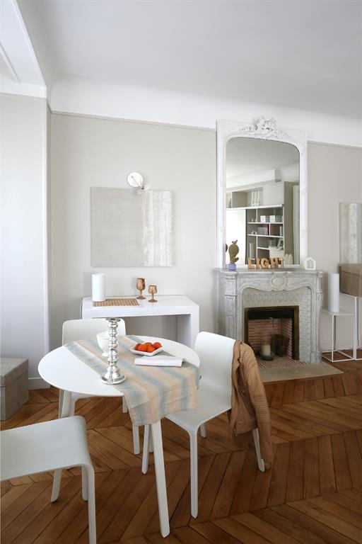 Petite salle manger blanche tr s l gante les murs ont for Table salle manger pour petit espace