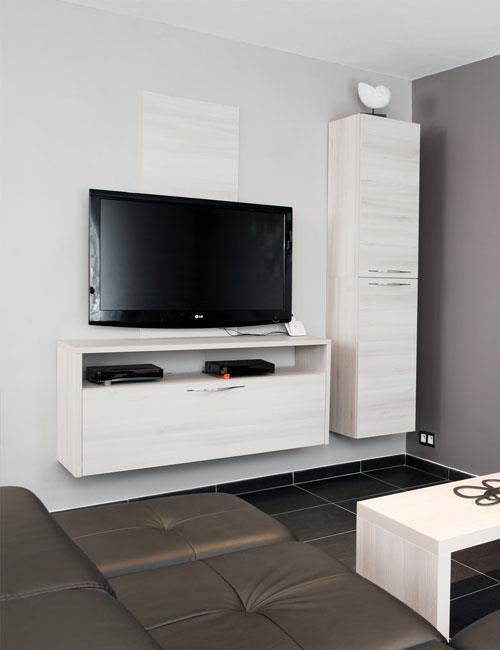 Meuble tv en bois clair avec deux l ments suspendu l 39 un horizontal - Meuble tv moderne suspendu ...