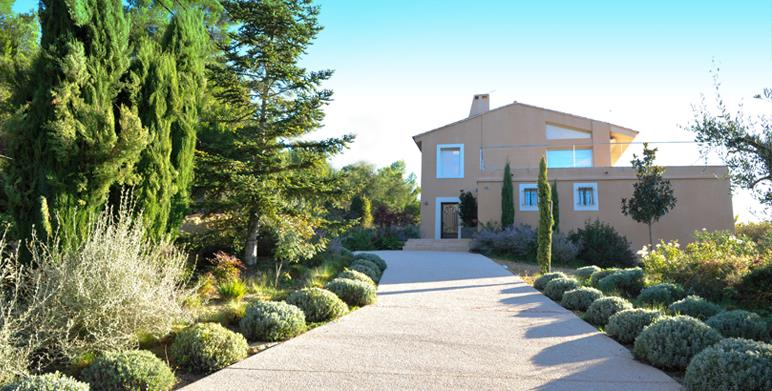 Jardin m diterran en avec all e pour voiture et massifs - Allee de jardin moderne ...