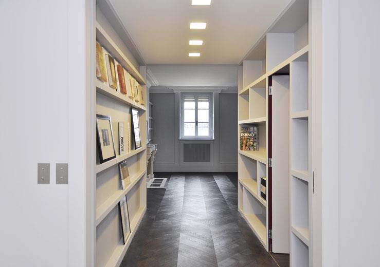 Couloir avec murs constitu s d 39 tag res blanches dvk for Etagere pour couloir