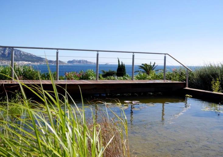 Bassin naturel avec vue sur la mer