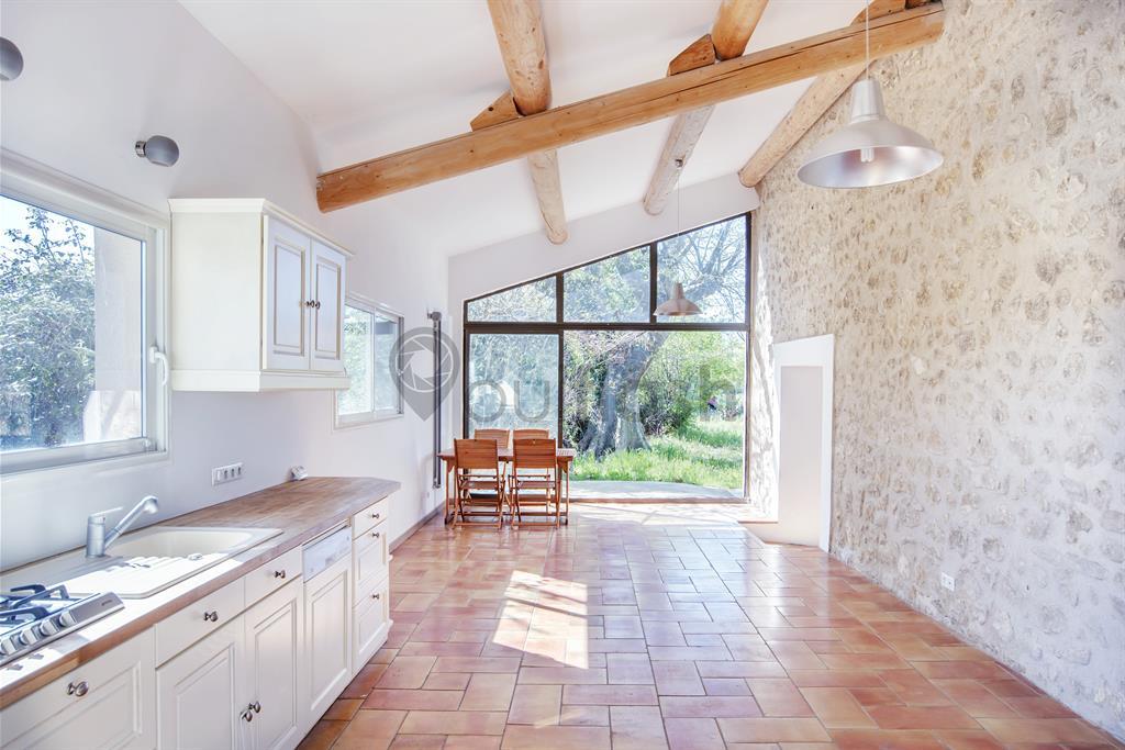 Grande cuisine authentique avec mur en pierre et carrelage traditionnel - Cuisine mur en pierre ...