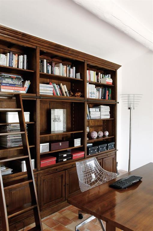 bureau tout confort avec meuble biblioth que en bois massif. Black Bedroom Furniture Sets. Home Design Ideas