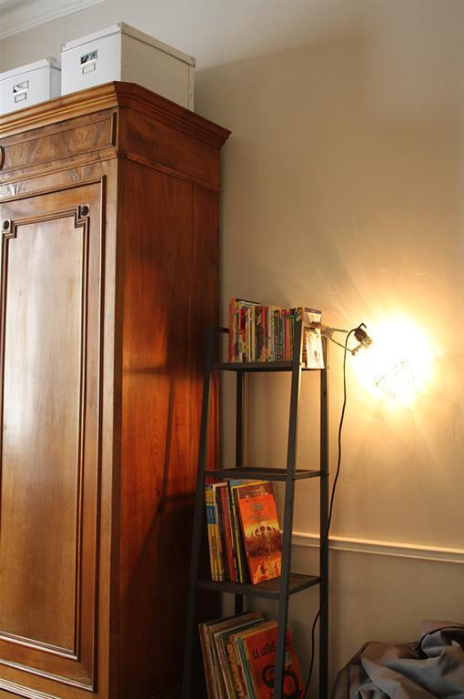 Quelques éléments contemporains discrets cohabitent avec de beaux meubles anciens, apportant une touche jeune ado à cette chambre d'esprit classique.