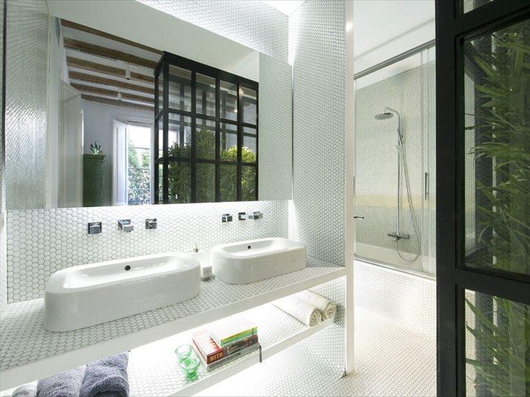 salle de bain avec mosaque de petits carreaux en pte de verre blancs