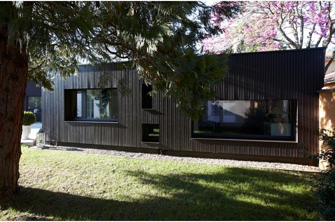 Fa ade maison bardage bois peint caroline wach architecture for Maison bois design contemporain
