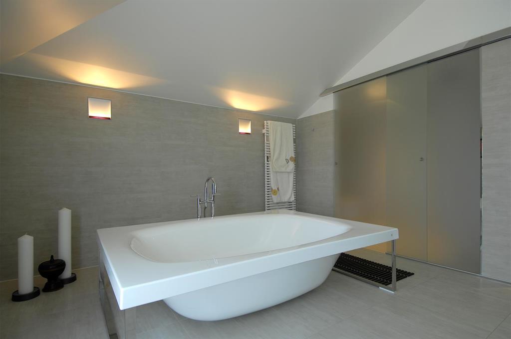 Large baignoire lot blanche design avec pieds chrom s - Salle de bain avec baignoire ilot ...