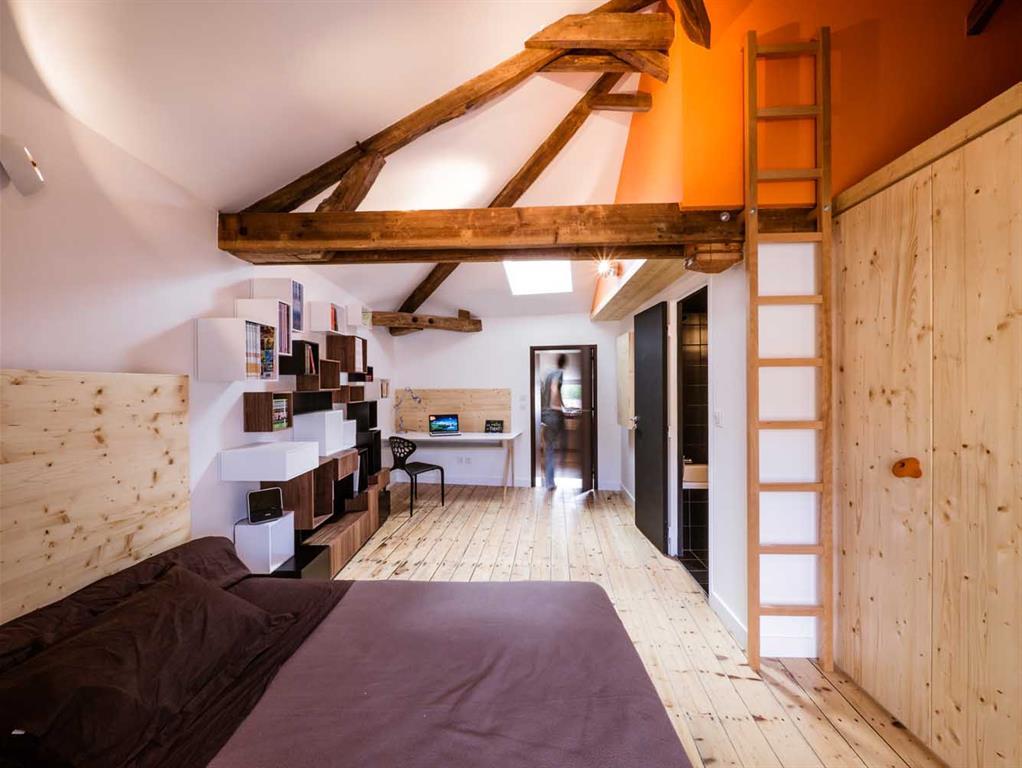 Image Chambre sous les combles avec échelle menant à une petite mezzanine