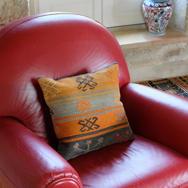 Housse de coussin en kilim sur canap contemporain en cuir for Housse pour canape en cuir