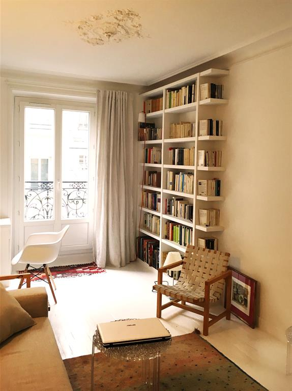 salon moderne avec biblioth que dans un appartement classique parisien. Black Bedroom Furniture Sets. Home Design Ideas