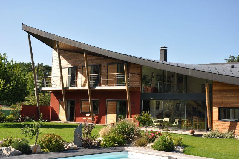 De belles façades de maisons contemporaines bien intégrées ...