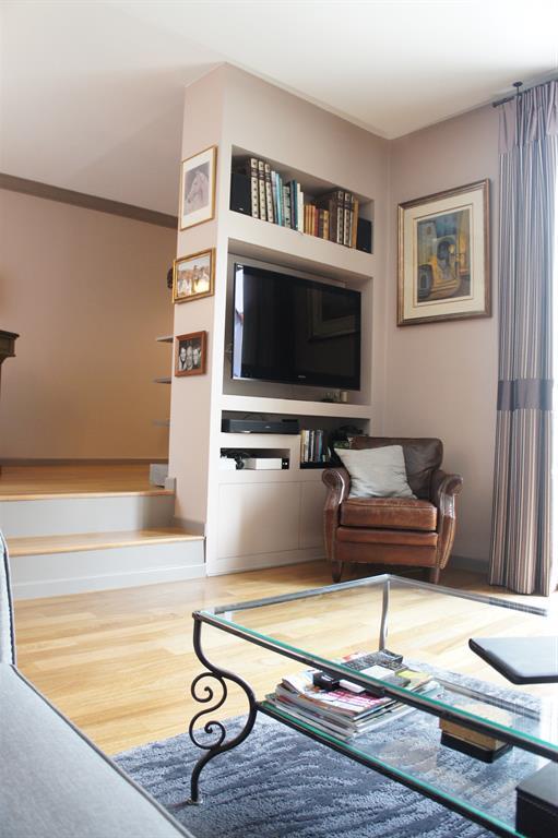 Salon-Un meuble sur mesure a été spécialement conçu pour ...