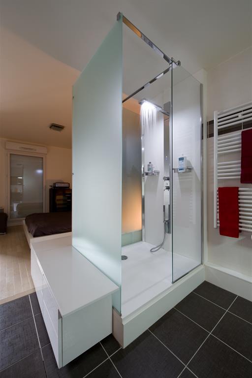 Douche italienne dans une salle de bain semi-ouverte