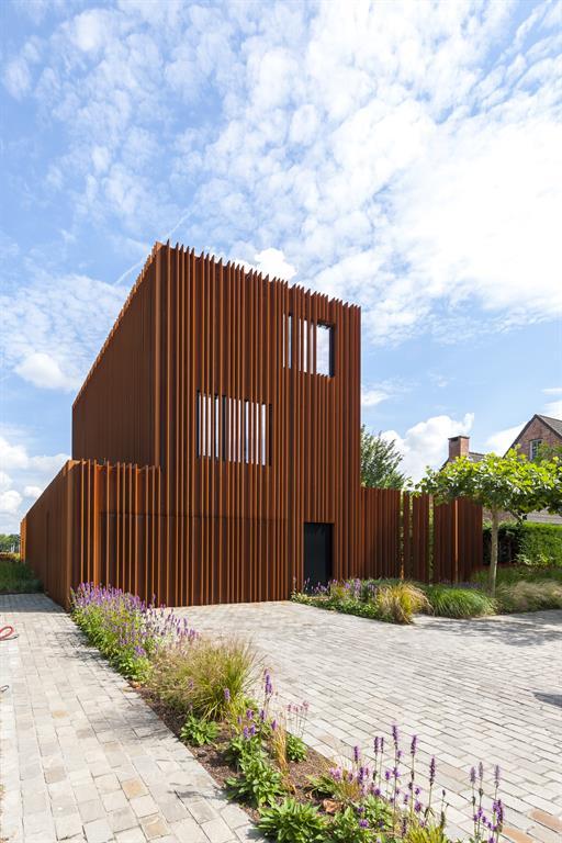 Façade de la maison acier Corten avec accès garage pavé