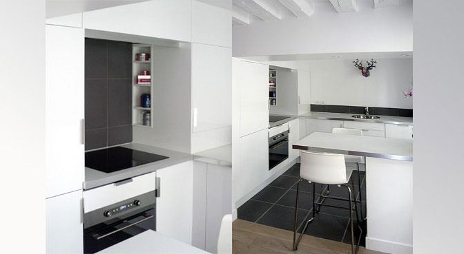Cuisine cuisine blanche sol noir : Cuisine blanche très lumineuse et carrelage au sol noir