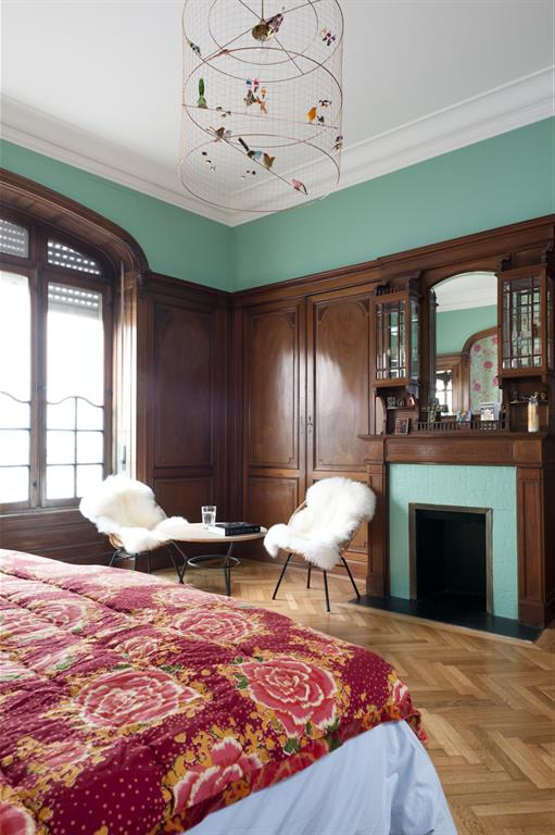Image Chambre adultes classique avec cheminée et coin salon Fusiond
