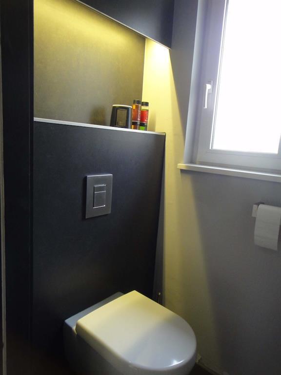 Le design s\u0027invite jusque dans les toilettes aux lignes structurées, aux  éclairages subtilement