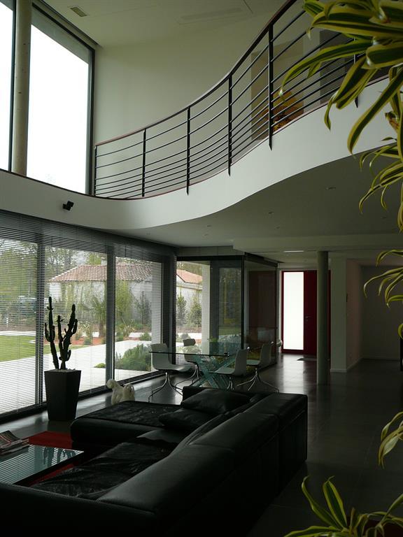 Pi ce vivre ouverte sur la terrasse et le jardin for Architecture a vivre