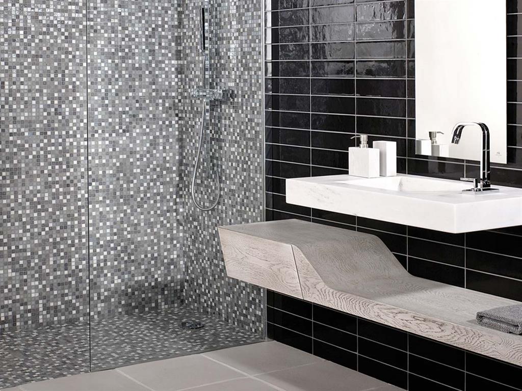 salle d 39 eau avec mosaique de petits carreaux gris et blancs