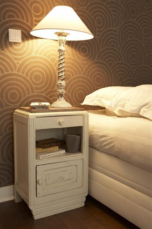 Table de chevet et lampe blanches sur papier peint for Table pour papier peint