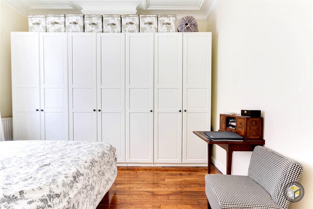 Image Rangements avec placard et boites assorties au linge de lit