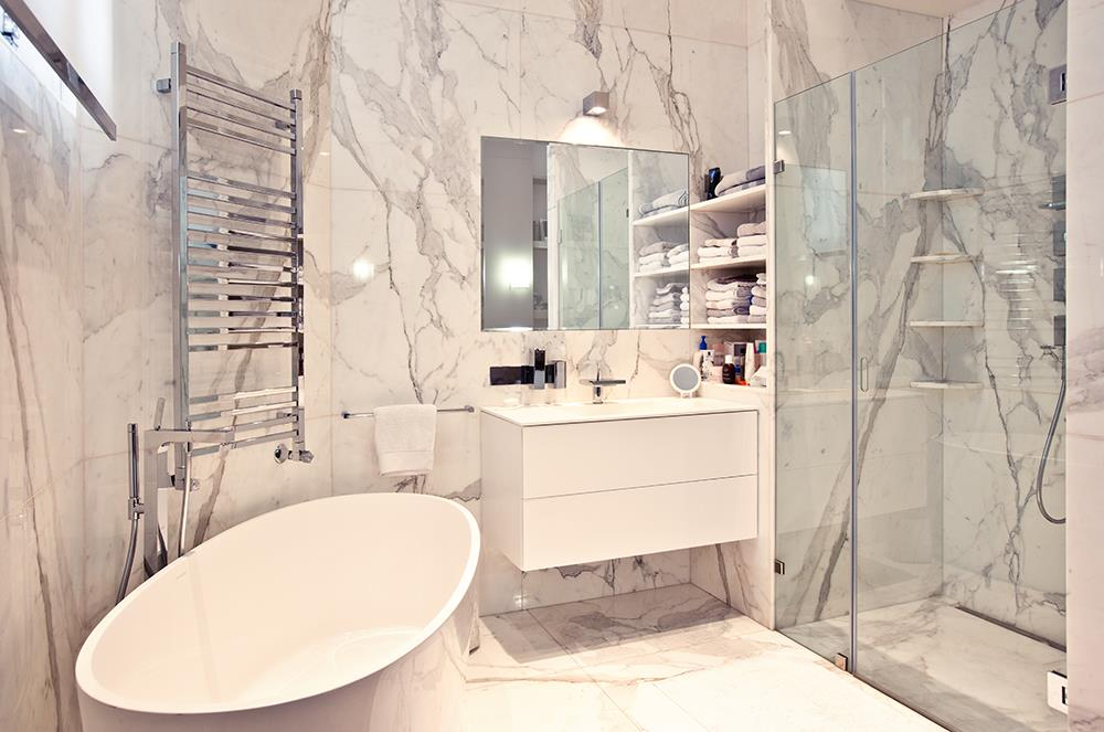 R novation appartement haussmannien tre cr atif sans - Salle de bain en marbre ...