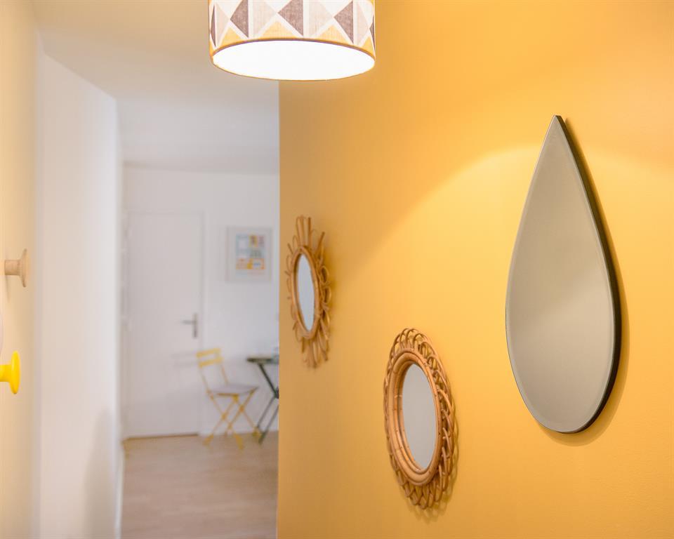 Couloir au mur jaune marion alberge d coration photo n 40 - Papier peint entree couloir ...