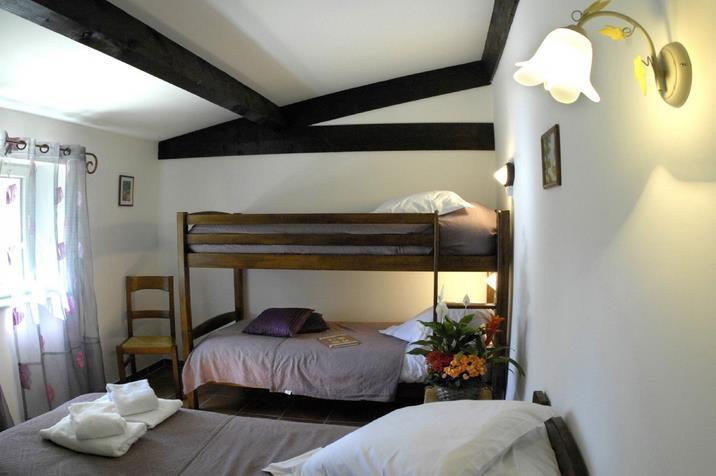 Chambre avec poutres apparentes équipée d\'un lit deux places et de ...