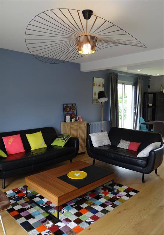 Salon Contemporain Et Colore Avec Un Mur Bleu Gris