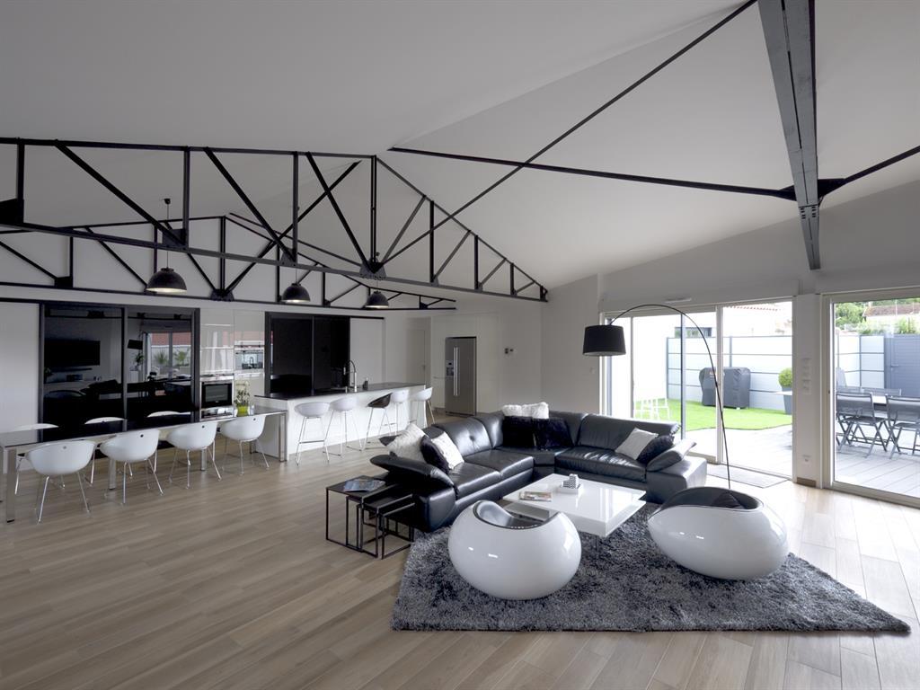 la grande pi ce vivre ouvrant sur la terrasse esprits d. Black Bedroom Furniture Sets. Home Design Ideas