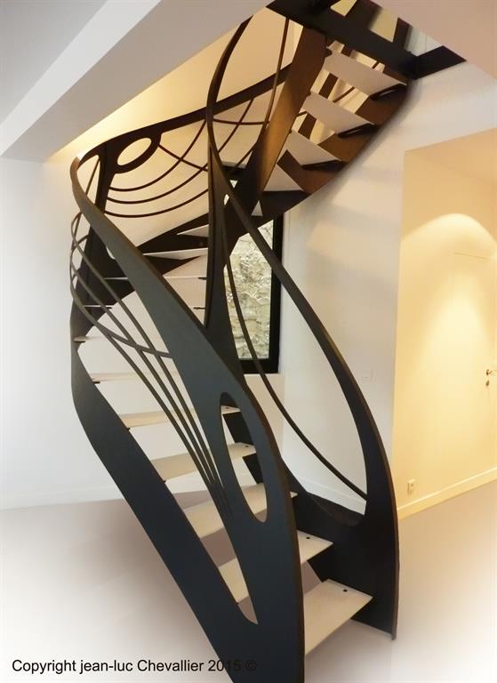 Cet escalier design débillardé en métal d'inspiration Art Nouveau est une création