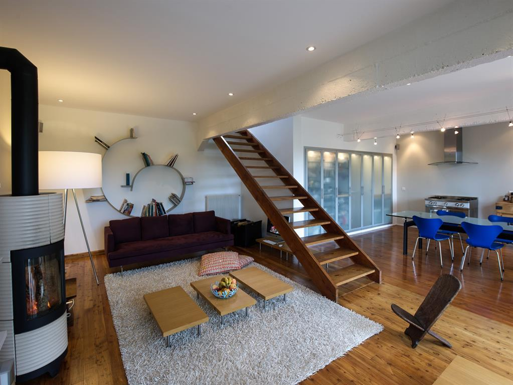 Salon ouvert sur une salle à manger / cuisine Fables de murs