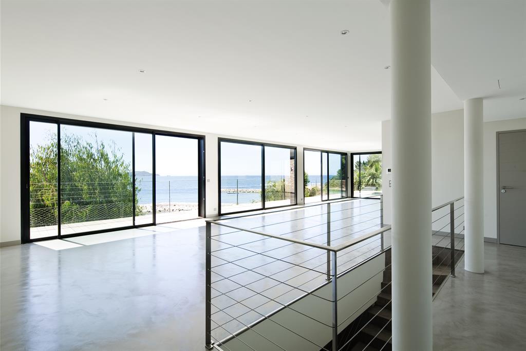 Construction d 39 une maison contemporaine en bord de mer for Salon ouvert sur terrasse