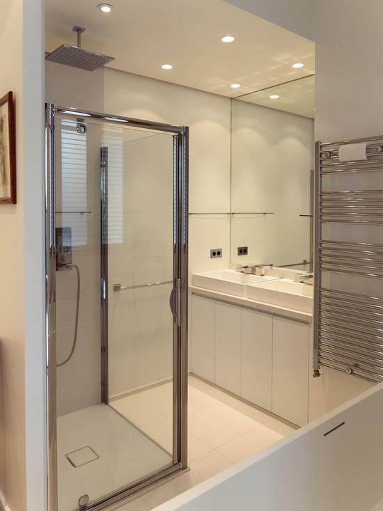 Salle de bain blanche avec douche et baignoire jwb - Salle de bains blanche ...
